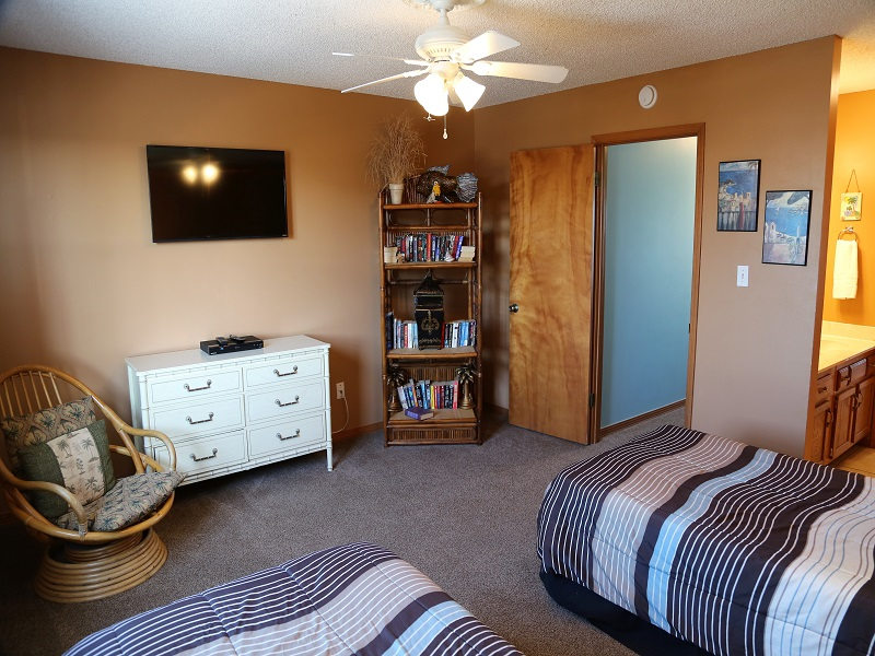 Upstairs twin bedroom TV and DVD