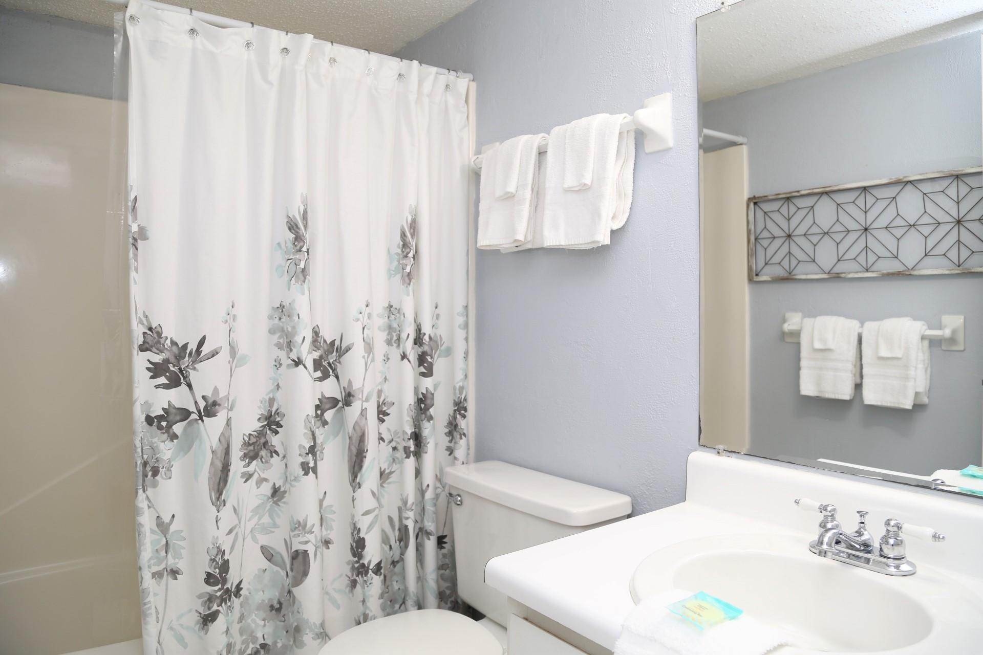 Harbor House B17 - Main bathroom