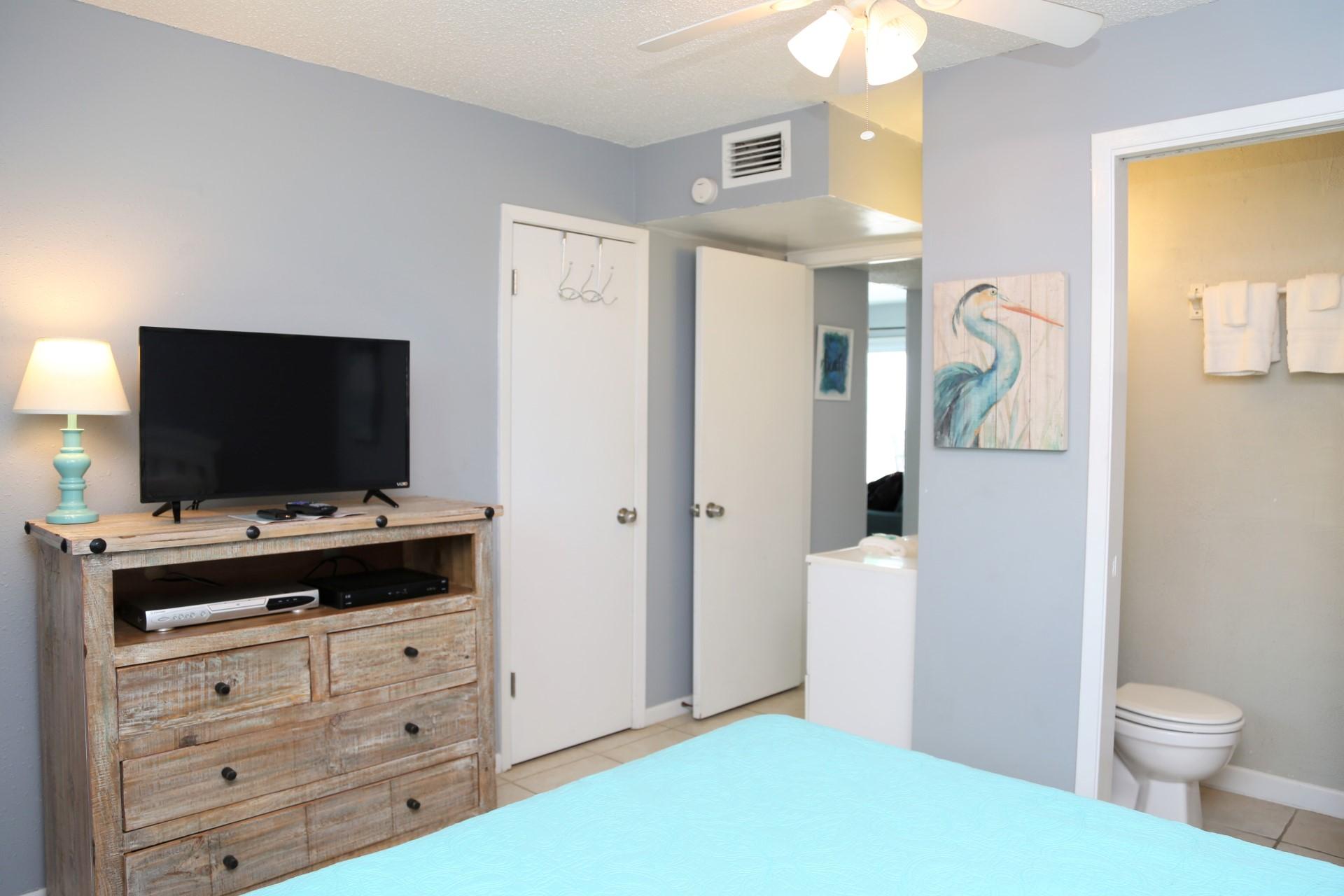 Harbor House B17 - Tv in queen bedroom