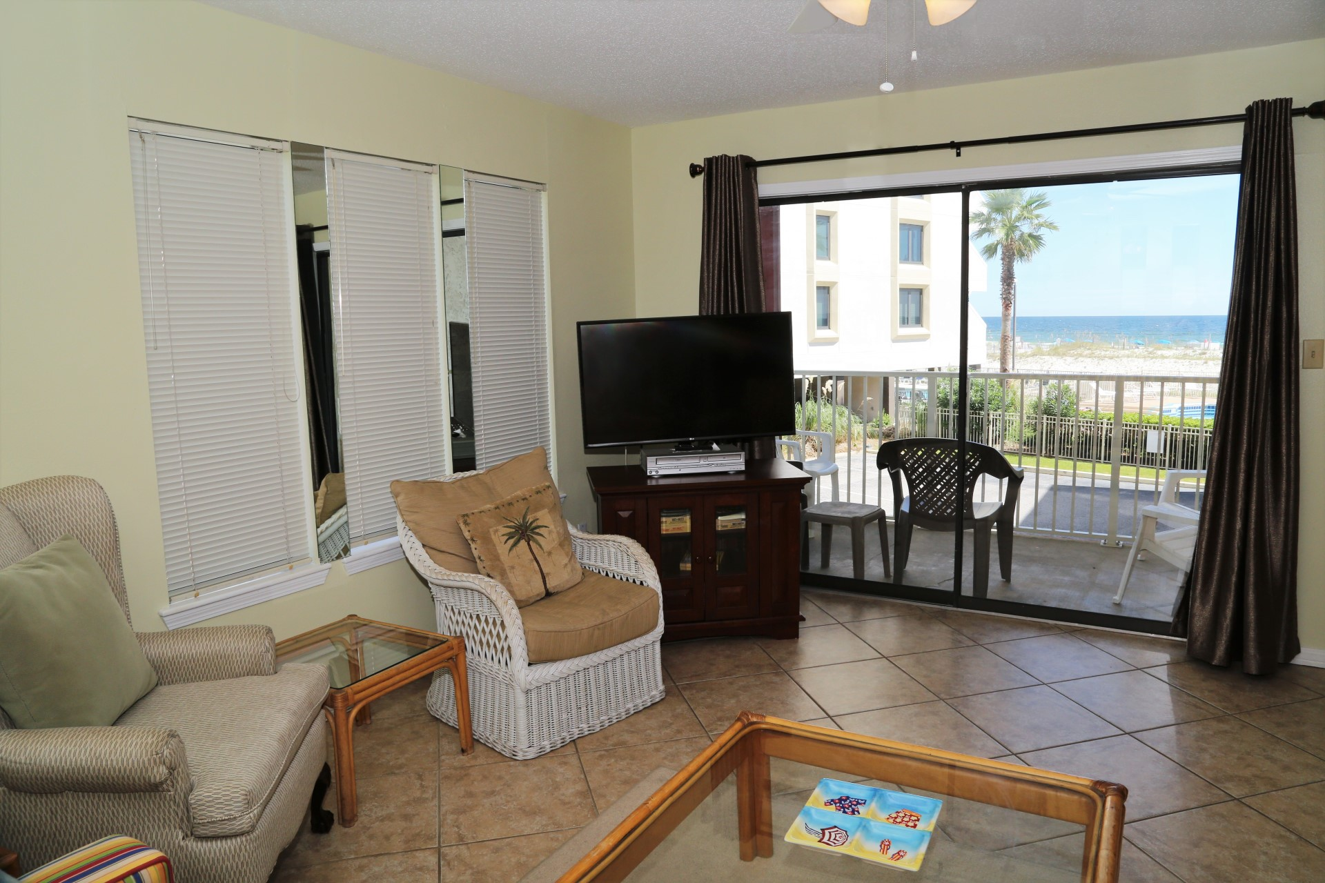 Living room Smart TV and direct access to the private balcon