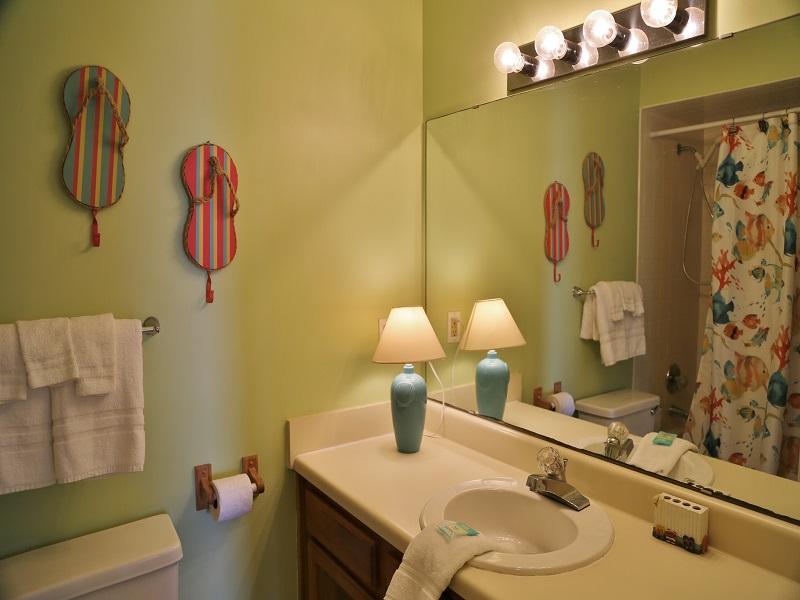 Sea Oats H102 - Hall bathroom (shower/tub combo)