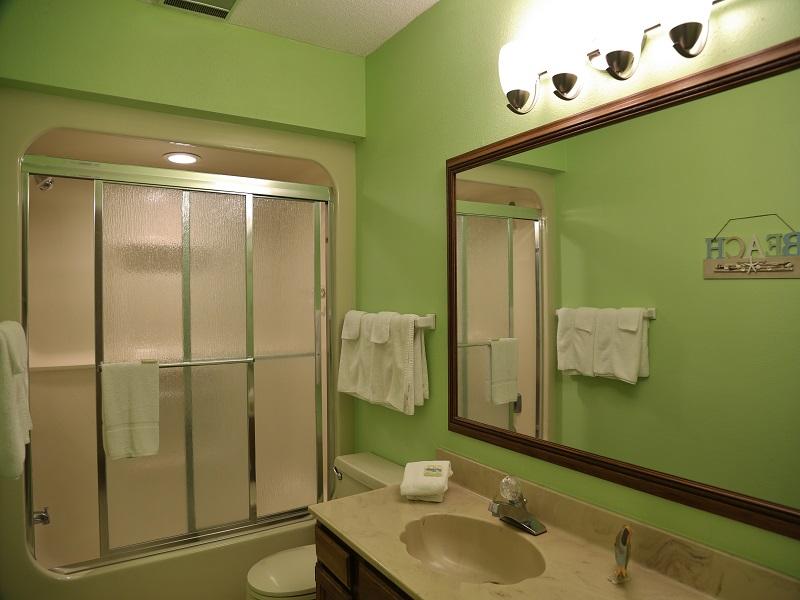 Ocean Reef 802 - hall bathroom upstairs - shower/tub combo