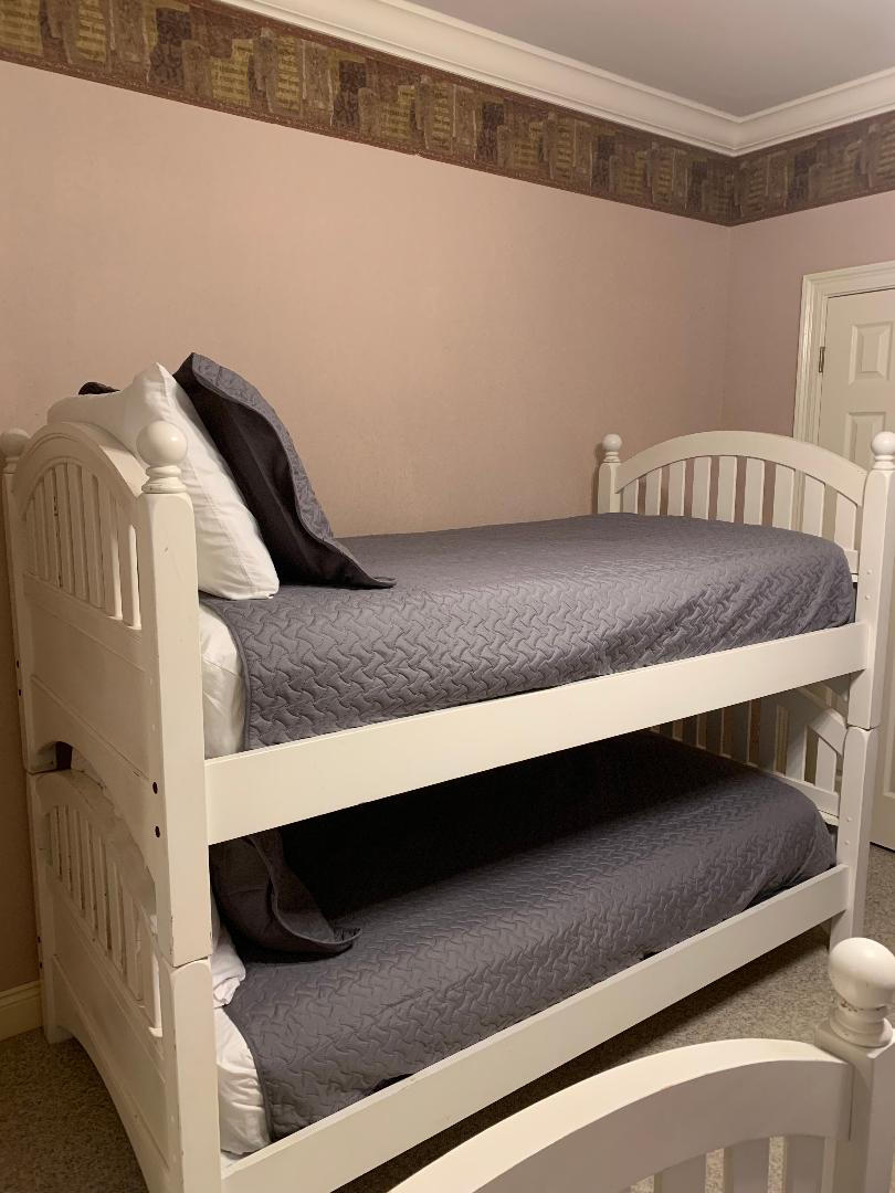 Upstairs bedroom w/Smart TV; great for kids!