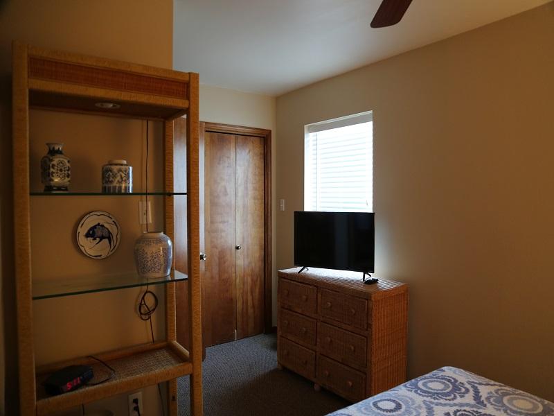 Second bedroom/ - TV