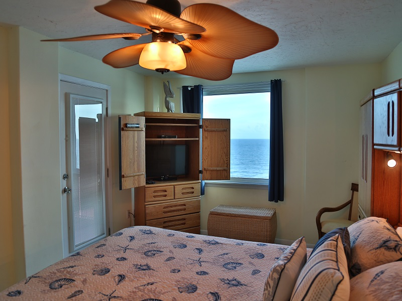 Master bedroom - TV and access to balcony