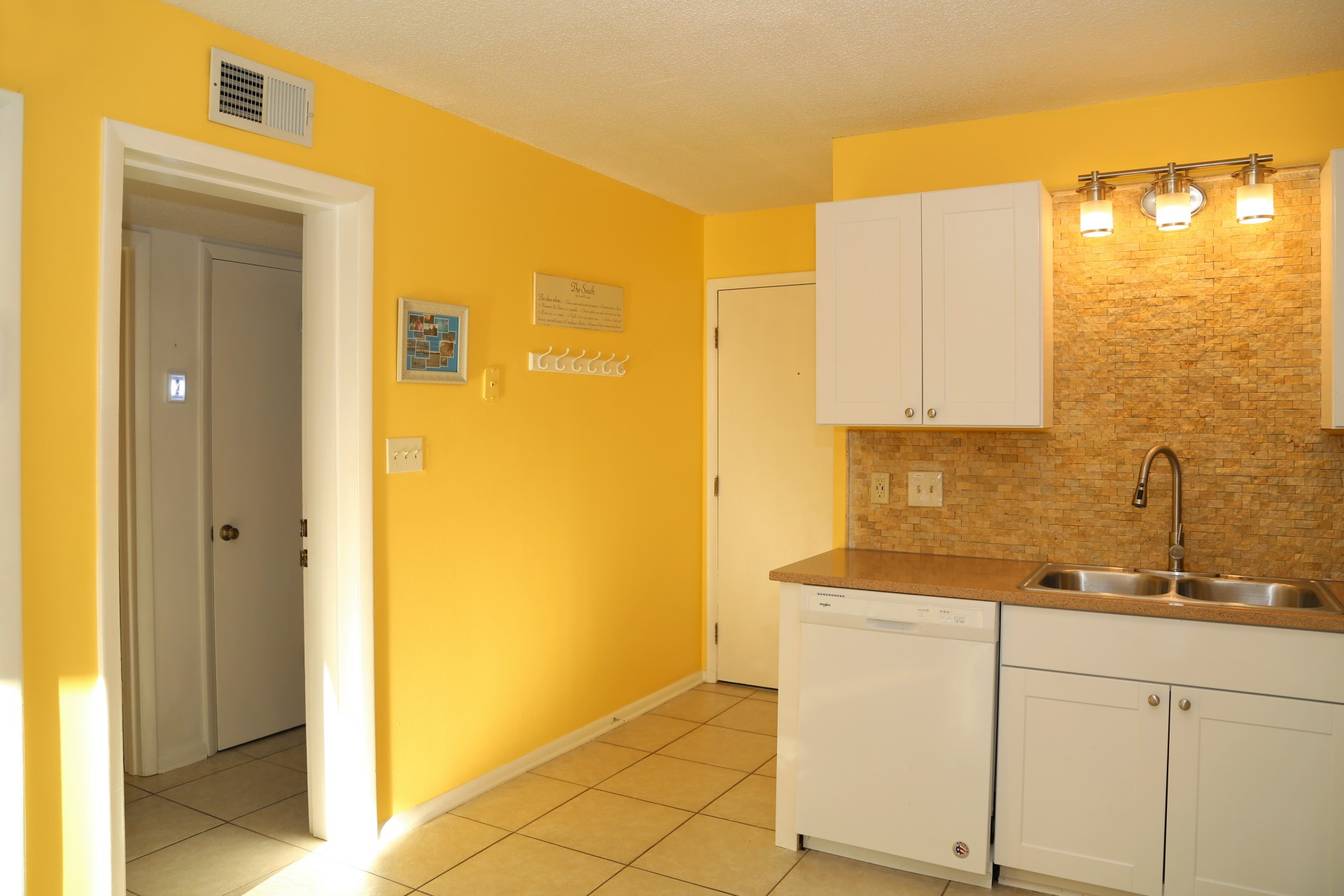 Entry / kitchen / hall