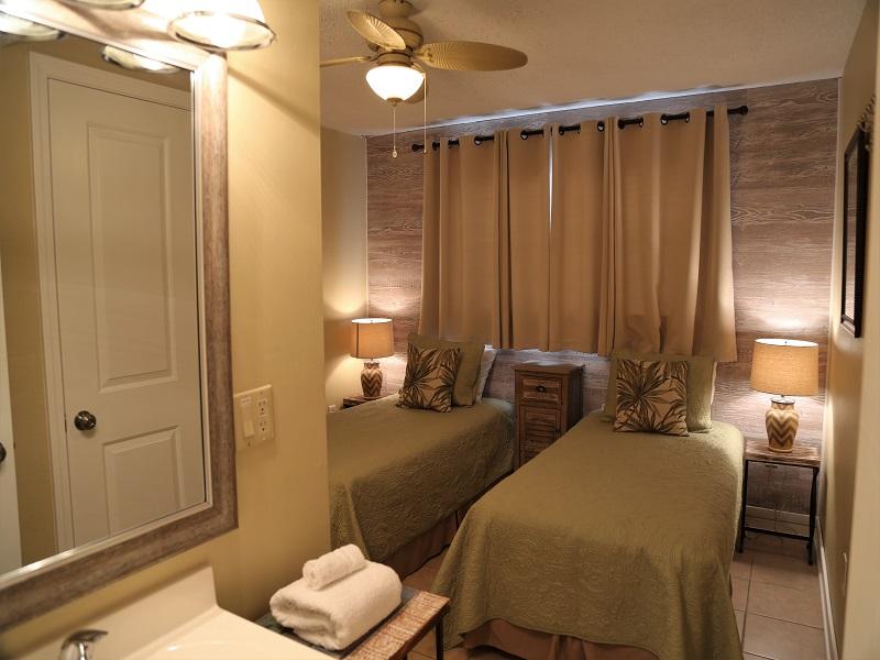 Harbor House B20 - vanity in twin room