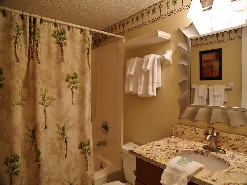 Harbor House B20 - Hall bathroom - shower/tub combo