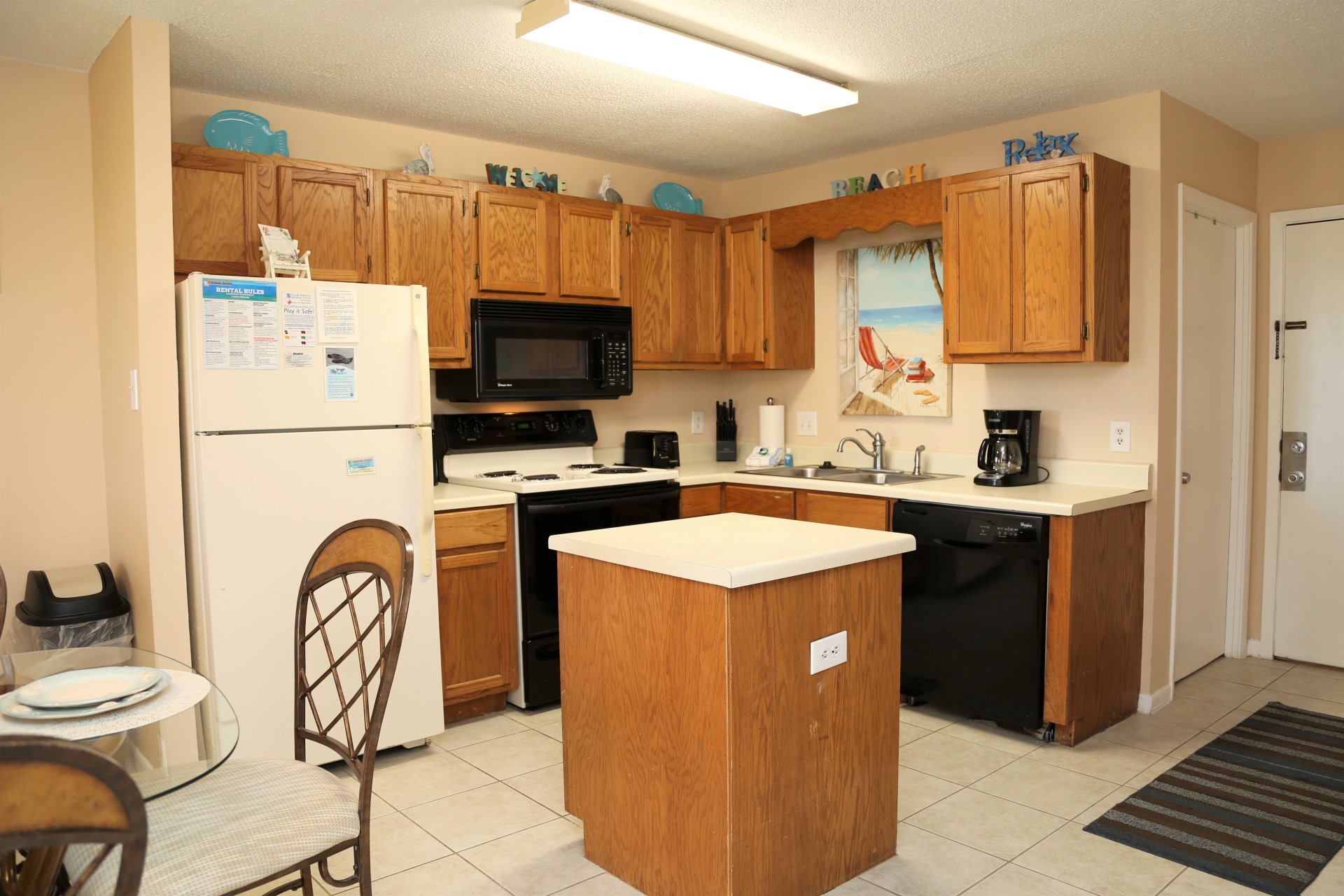 Fully equipped kitchen with island for extra counter space f