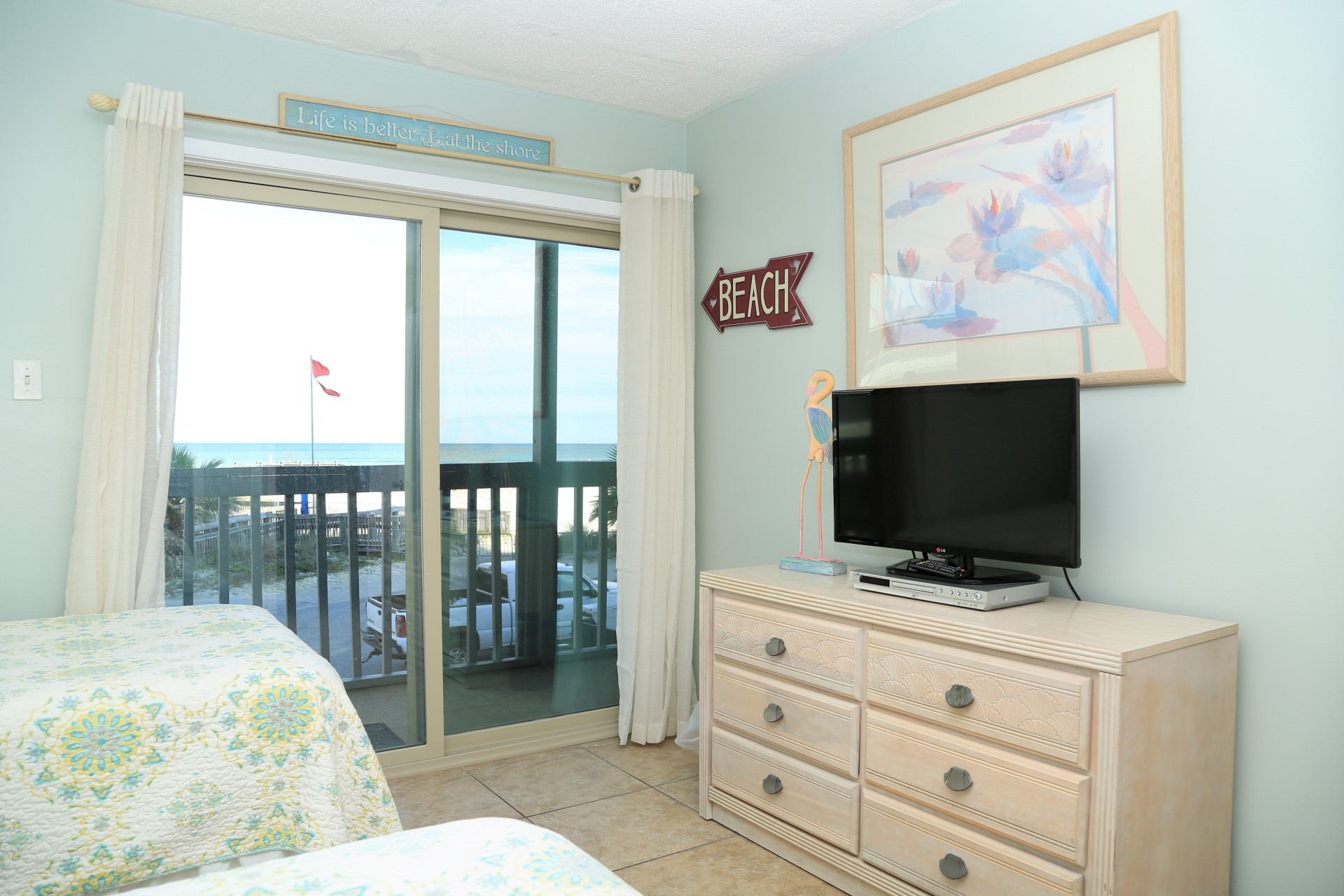 Guest bedroom - TV and balcony access