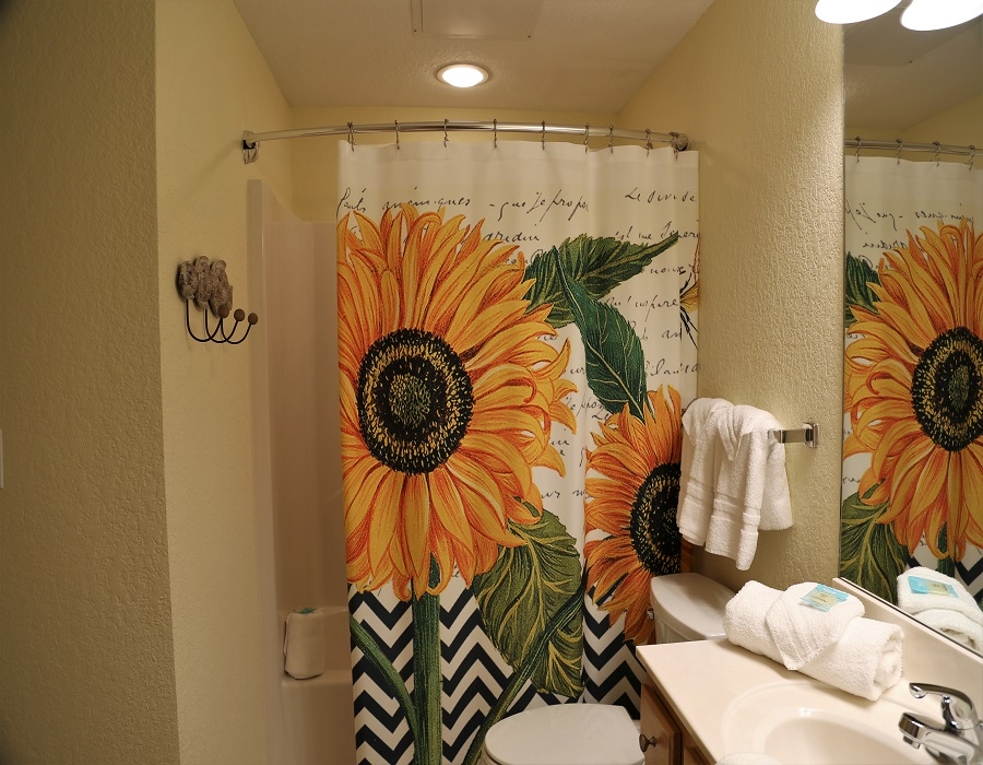 Crystal Shores West 905 - Second bathroom - shower/tub combo