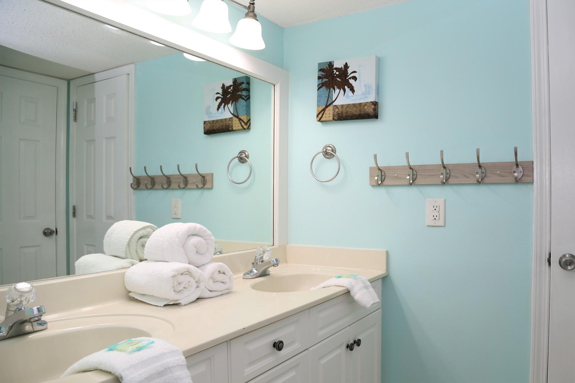 Castaways 1B - Second bathroom - Shower/tub combo